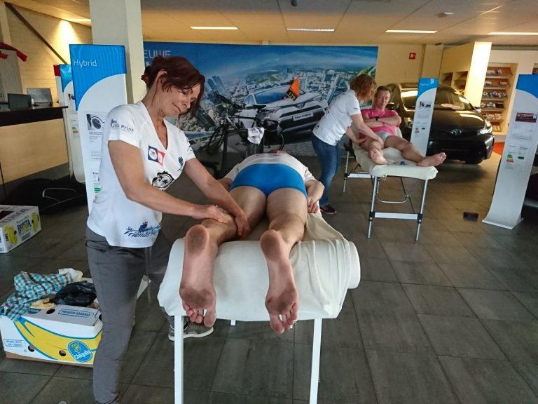 Een massage op een evenement. De benen goed los masseren.